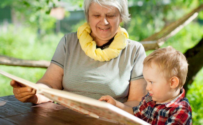 7 anledningar varför du bör läsa för barnet i sommar