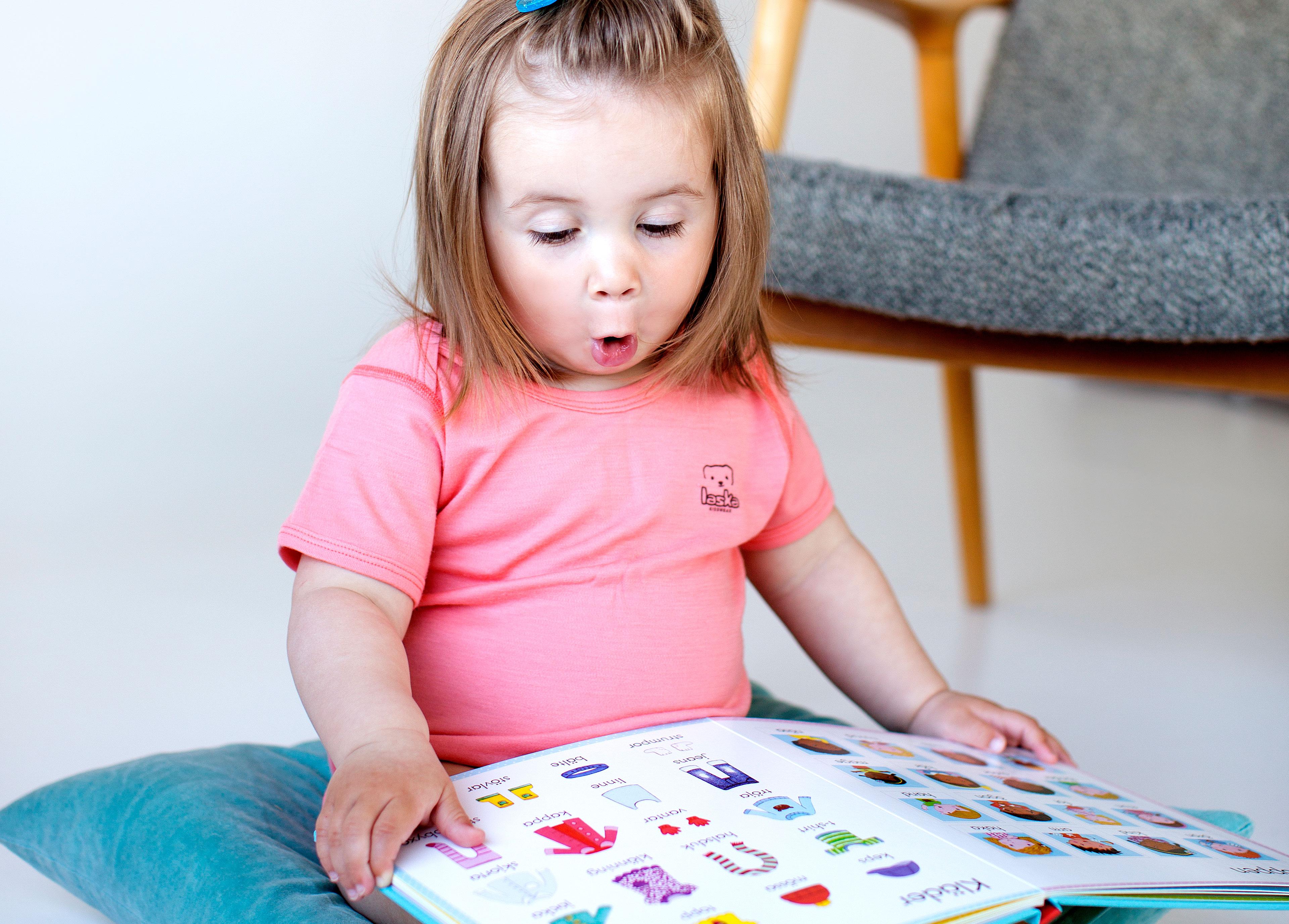 Bilderböcker ökar social förståelse och ordförråd, mycket mer än leksaker gör